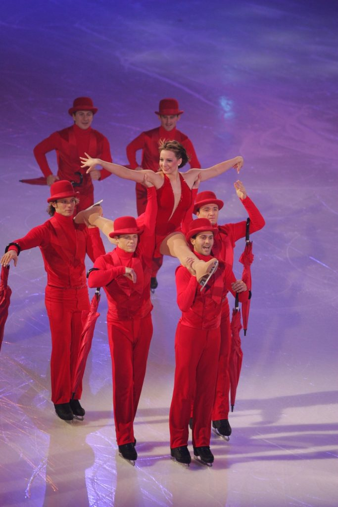 John Zimmerman, David Pelletier, Steven Cousins, Sarah Huges and Todd Aldridge ice skating in red outfits